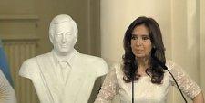 Fernández se va del poder con masivo acto en Plaza de Mayo y recordando a Néstor
