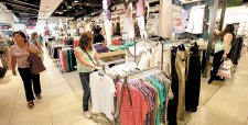 Menos aperturas y más despidos: retail se ajusta el cinturón ante débil economía