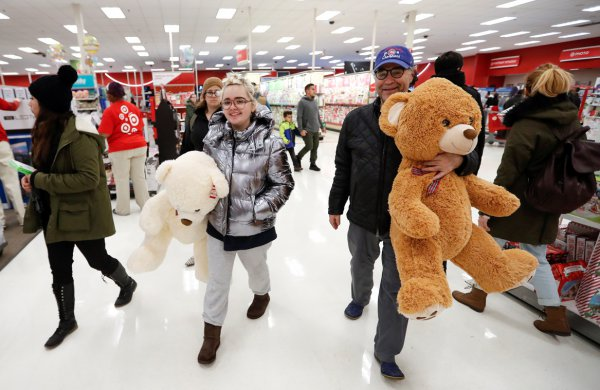 Chicago , clientes caminan por un pasillo durante el Black Friday - REUTERS