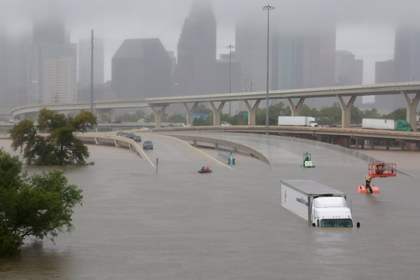 La autopista Interestatal 45 totalmente sumergida por los efectos que dejó el paso de Harvey, en Houston, Texas. - REUTERS