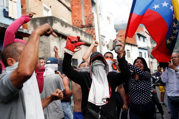 Resultado de imagen para militares se alzan en venezuela
