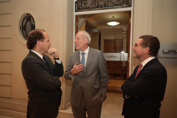 El fiscal Ricardo Riesco junto al presidente del TDLC, Enrique Vergara, y el ex FNE, Felipe Irarrázabal.