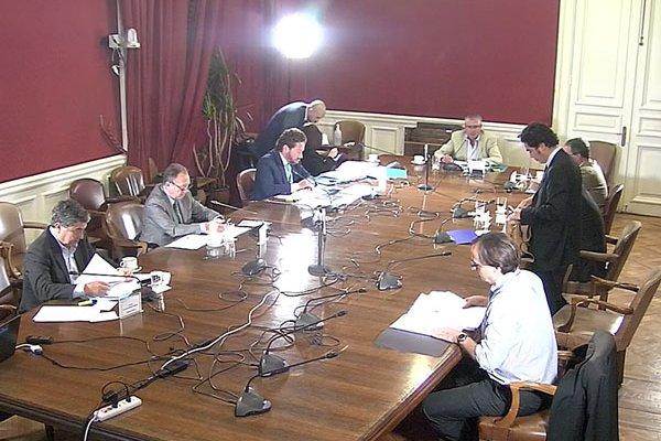 El ministro Briones expuso ayer el paquete de medidas fiscales en la comisión de Hacienda del Senado