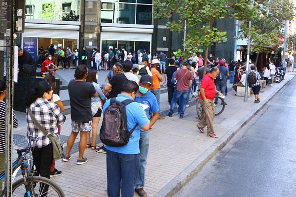 Como en el marco del conflicto social, en las oficinas de la AFC reaparecieron las filas de personas. Foto: José Montenegro