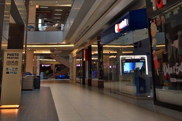 En Santiago, los centros comerciales no abrieron nunca más desde mediados de marzo. Foto: Agencia Uno